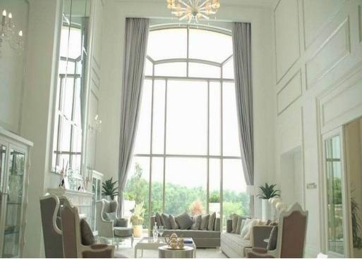 远望落地玻璃窗是一幅风景,加上碧云似的吊顶,像是置身于美景,陶醉