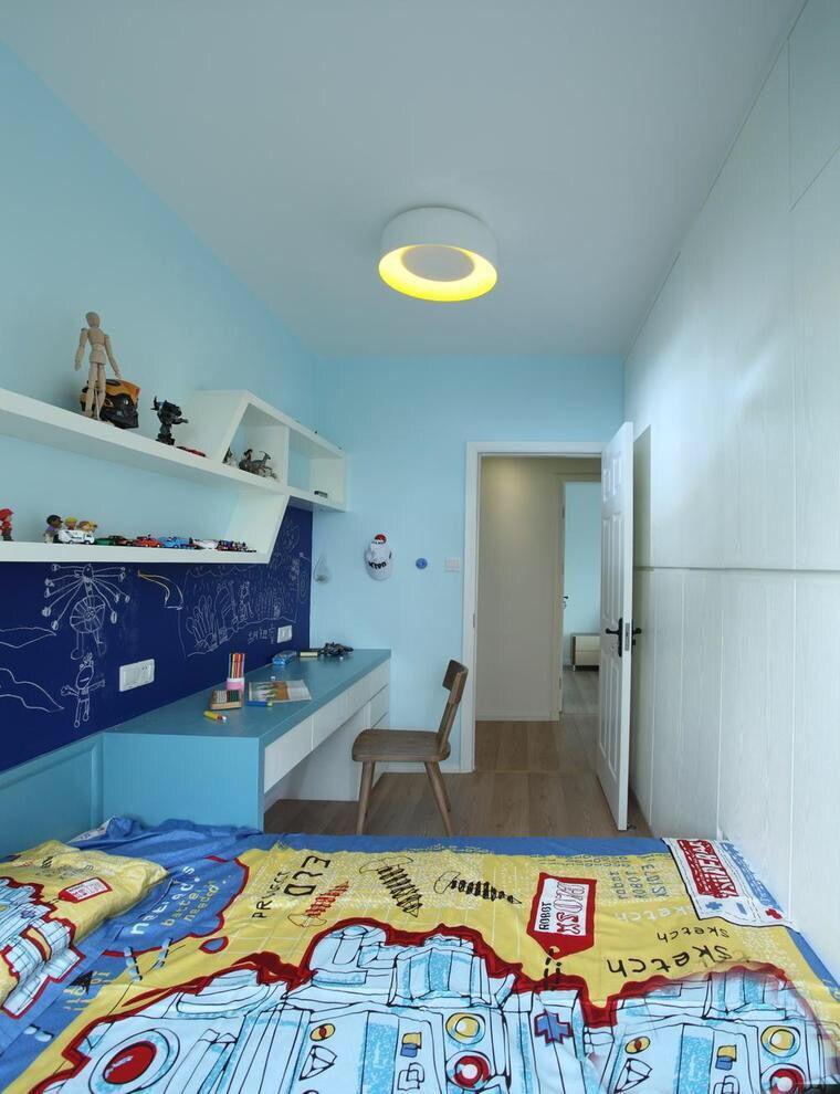 下面这张儿童房装修,房间内部的颜色色调,采用了撞色设计。蓝色和橙色是对比色,两种颜色搭配在一起给人很强的视觉冲击,搭配上复合式家具,很有创意。   二.卡通儿童房 卡通是每个儿童无法抗拒的,在房间里多多添加一些卡通元素,会把儿童的房间打造的天真烂漫,让孩子生活在像卡通一样的世界里,对于培养儿童的想象力十分的有帮助,而且对儿童的性格也会带来许多有益的影响。
