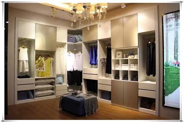 衣柜又称为无门衣柜、或步入式衣柜。一般是在住房中,供家庭成员存储、收放、更衣和梳妆的专用空间,按形态可以分为L型、U型、一字型三种,正方形多采用U形排布;狭长形的平行排布较好;宽长形,适合L形排布。 衣帽间衣柜的大小 衣帽间的面积一般在4平方米以上,才可保证储存及使用者的活动。