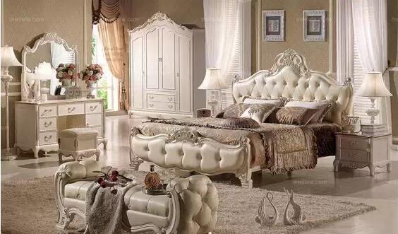 卧室家具摆放怎样搭配才合理吗?那么,今天我们就一起来了解一下这欧式卧室家具摆放吧。  欧式卧室家具套装示意图1 1、欧式卧室家具套装位置摆放至关重要  欧式卧室家具套装示意图2 卧室是我们家中最为私密的地方,是一个完全属于自己的地方。所以卧室的装修、家具的选择以及摆放,都是需要我们精心布置和设计的。