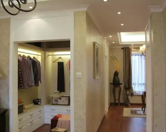 3,主卧卫生间改衣帽间注意事项  做衣柜时最好不要紧靠墙面,中间图片