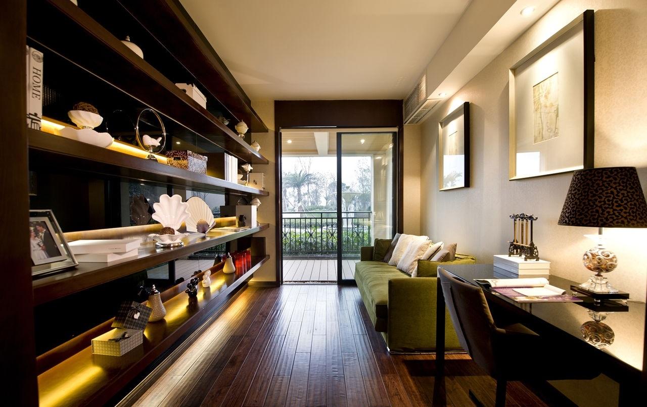 土白的墙壁,实木的家具,原本这个卧室会很老土,但是铺上条纹的床单,挂