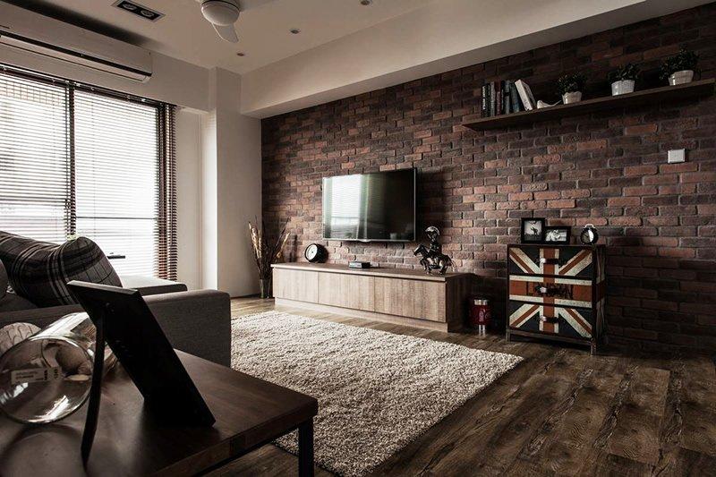 利用房子的布局特点,将电视背景墙设计成内镶嵌式,刚好有效的利用了图片