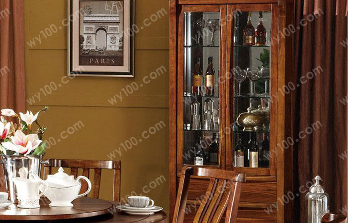 如果使用空间有所限制,又不想改变酒柜的选择,这时候可能就会因为摆放问题而在墙面进行较大范围的改造,可能会影响整体的美观程度。另外实木中式酒柜放在客厅或者居室里也会显得很不协调。 其实实木中式酒柜是一种比较高端的家具,比较适合较大的住房面积,这样才能彰显出其气派的隆重的感觉,所以如果户型太小,可以放弃这一选择。 实木中式酒柜比起一般材质的酒柜,在用料和细节上更加追求完美,无论是哪个细节都会进行精心的打磨和设计,一些雕刻线条也更加复杂、美化。一些欧式的酒柜喜欢追求外表的华丽感觉,有时候会用镀金或者其他方式造成