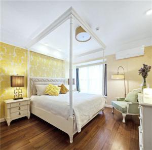 主卧室的床实拍图