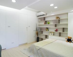 时尚卧室隐形门装修效果图