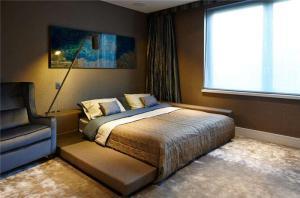 摩登卧室地台床装修效果图