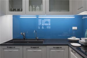 蓝色背景墙家庭厨房橱柜
