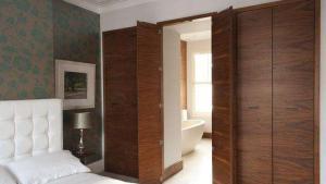 主卧卫生间卧室隐形门装修