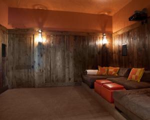 原木风格客厅隐形门装修效