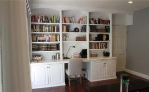 粉白书桌书柜组合效果图