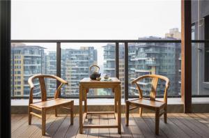 小阳台装修效果图中式实木桌子