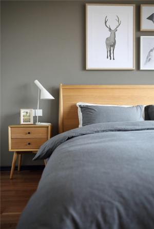 主卧室的床床柜搭配