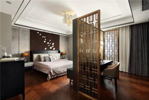 中式实木床与隔断屏风的设