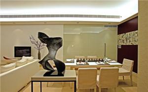温馨小户型客厅餐桌