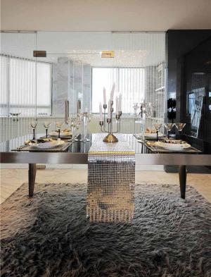 温馨折叠餐桌