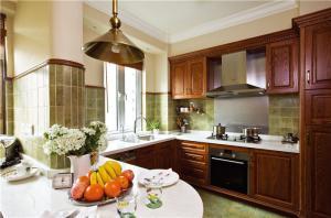 实木整体厨柜实景图
