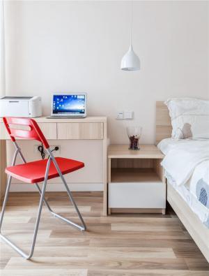 小卧室床的简易书桌