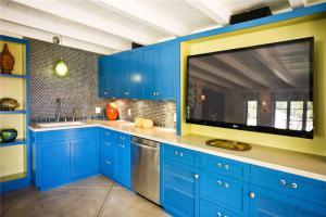 蓝色砖砌橱柜