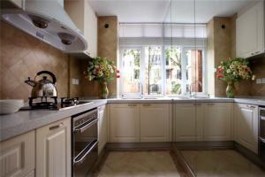 白色整体橱柜与不锈钢搭配