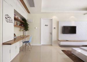 白色简约小户型客厅书柜