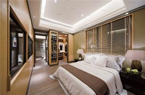 主卧室的床与衣帽间