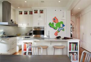 纯白色开放式厨房橱柜