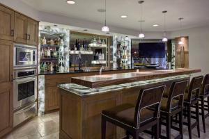 欧式复式开放式厨房酒柜装