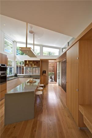 原木现代开放式厨房隐形门