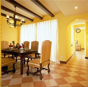 温馨小户型客厅餐桌图片