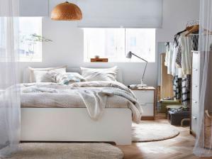 明亮的卧室床