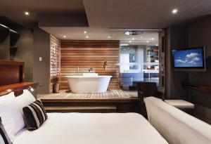 现代主卧室的床与卫生间