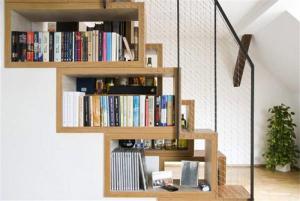 楼梯间创意书柜收纳