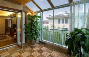 阳光房阳台防腐木效果图