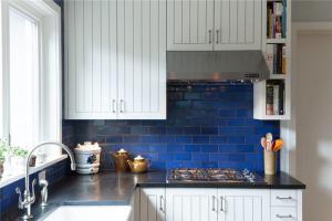 竖条纹家庭厨房橱柜