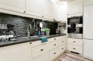白色家庭厨房橱柜